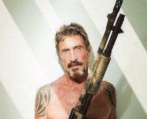John McAfee in posa con un fucile